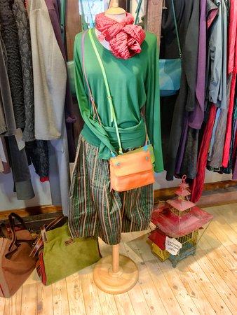 Dornum, ألمانيا: Handgewebte Stoffe und ausgesuchte Kleider für Damen & Herren.