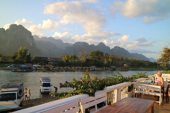 Vansana Vang Vieng Hotel: terrace at the riverside