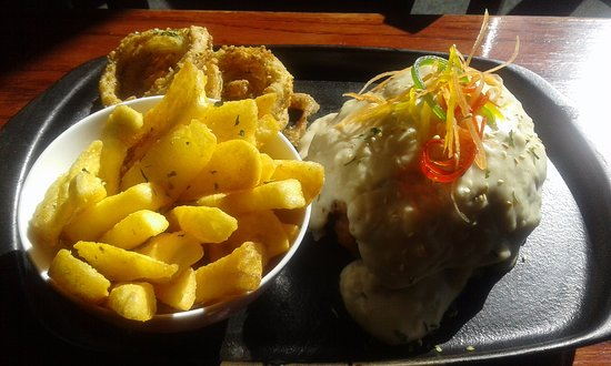 Thabazimbi, South Africa: Chicken Cordon Bleu served with Chips & Onion Rings