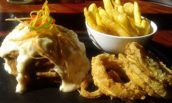 Thabazimbi, Sudáfrica: Beef Cordon Bleu served with Chips & Onion Rings