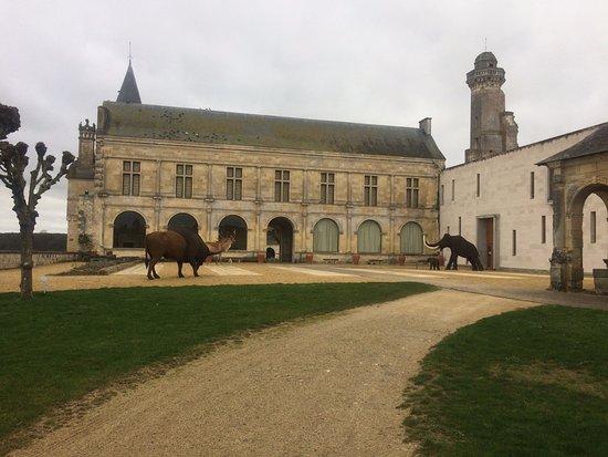 Musée de la Préhistoire: vue exterieure du misée et du chateau