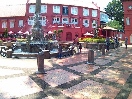 Stadthuys: Disini sangat panas.. bawa topi & payung & air minum...