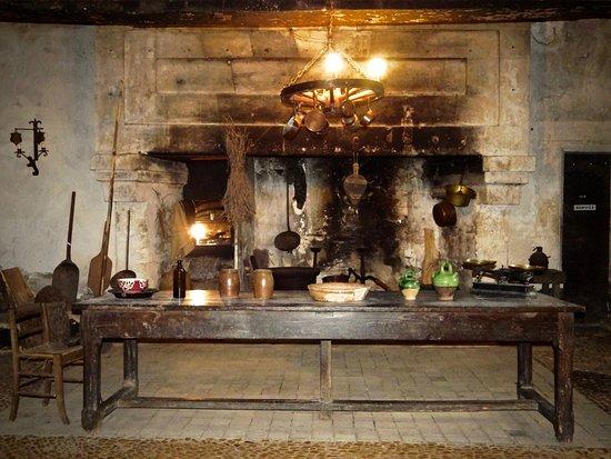 chateau de lanquais: Authenticité dans les anciennes cuisines