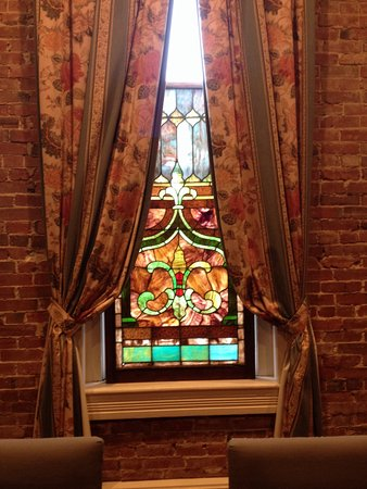 Ant Street Inn: Lots of pretty stained glass!