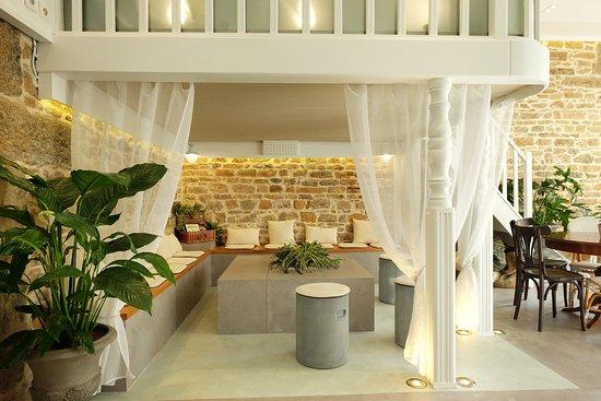 un salon de café cosy et chaleureux - Picture of KAOVA CAFE, Lyon ...