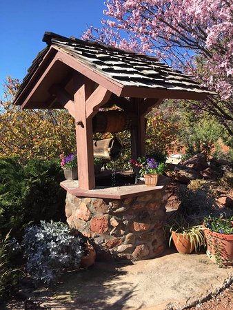 Sedona Views Bed and Breakfast: wishing well