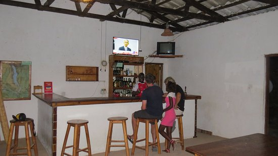 Ulisa Bay Lodge: Guests relaxing at the Bar