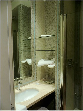 B&B La Casa di Eddy: Bathroom was tiny but beautiful in light coloured mosaic