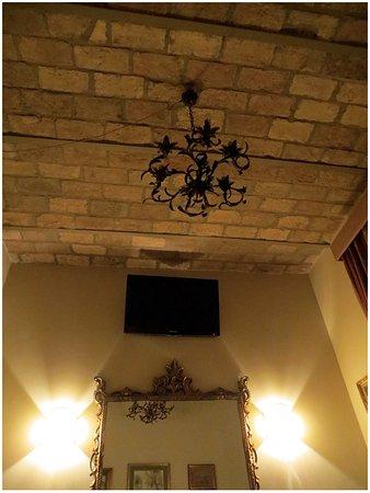 B&B La Casa di Eddy: Original ceiling with wrought-iron chandelier