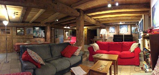 La Maison de Teiss: pièce centrale, salle a manger et séjour chaleureux!