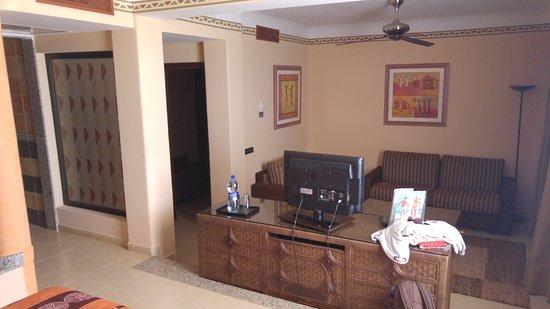 Junior Suite 7000er Bereich (Blick vom Schlaf in Wohnbereich) hinten ...