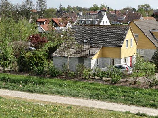Wemeldinge, Niederlande: Mooie ligging aan de rand van het park tegen de dijk aan en bij een trap!