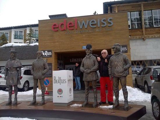 Die Beatles und ich vor Restaurant Steinbock