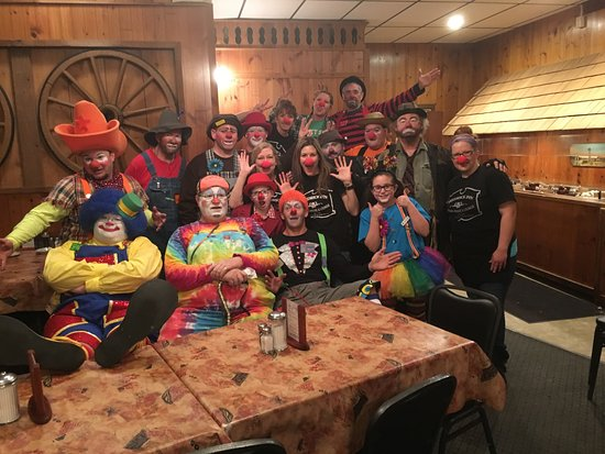 Fredrick Inn Steakhouse: The Circus showed up at the Fredrick Inn! We love big groups or to meet anyone new passing throu