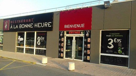 Digne les Bains, France: GRAND PARKING GRATUITE DEVANT LE RESTAURANT