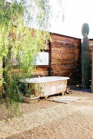 Attirant Mojave Sands: Outdoor Bathtub