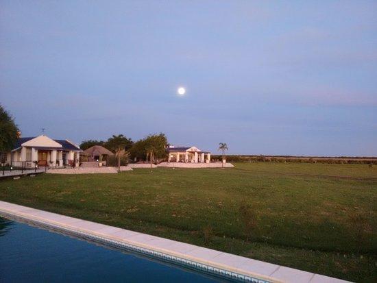 Ceibas, Argentinien: Vista desde la pileta hacia el Lodge, con luna llena
