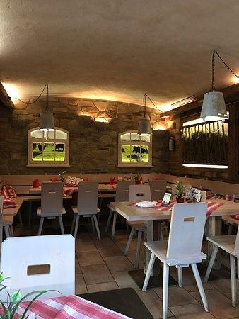 Sigmaringen, Deutschland: Gastraum im Restaurant als Stall und Frühstücksraum im Hotel mit sehr viel Tageslicht und sehr g