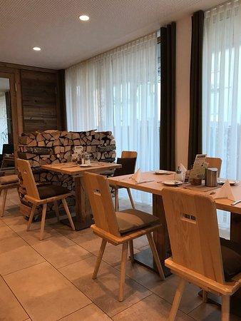 Sigmaringen, Germany: Gastraum im Restaurant als Stall und Frühstücksraum im Hotel mit sehr viel Tageslicht und sehr g