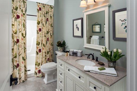 Afton, VA: Wanderlust En Suite Bathroom