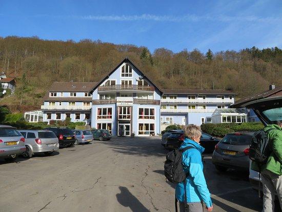 Eifelgold Rooding Hotel: Zicht vanaf parkeerplaats