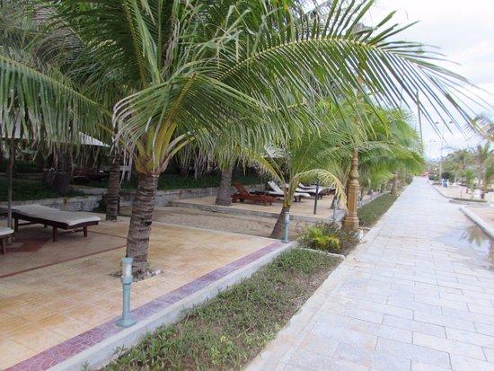 Phan Rang-Thap Cham, Vietnam: Променадная дорожка между пляжем (справа) и зоной лежаков