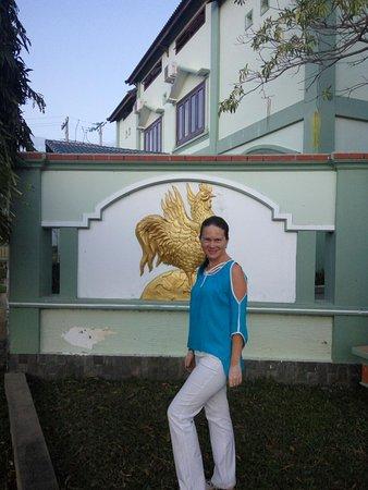 Phan Rang-Thap Cham, Vietnam: При входе логотип отеля - золотой петушок, ну и я )