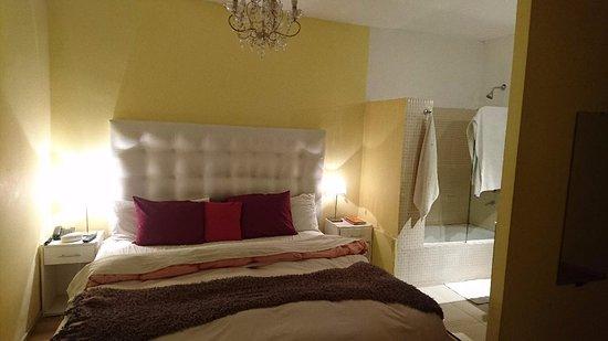 Blue Soho Hotel: Cama grande e confortável, com box blindex e chuveiro no mesmo ambiente.