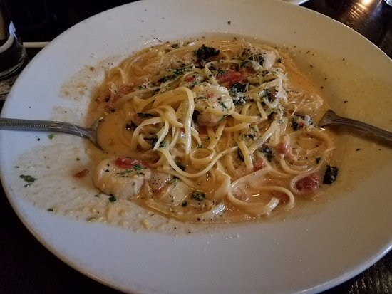 Mia Francesca Trattoria: Linguine with sauteed scallops and spinach in a delicious tomato cream saue.