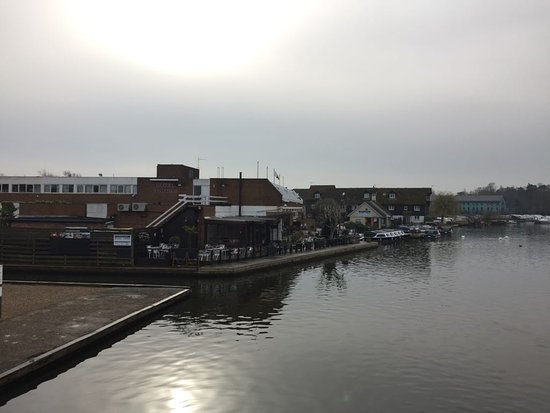 Wroxham, UK: Photo taken with friends on the rooms balcony