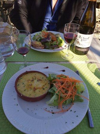 """Saint-Privat-de-Champclos, France : Chèvre de 3 façons ou gratin de fruits de mer en entrée avec un """"pic st loup"""" de bonne tenue"""