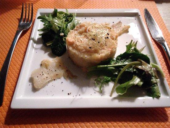 Lalacelle, France: Entrée : Ecrasée de pommes de terre au saumon 1/2 sel, mesclun et pétales de lieu jaune fumé
