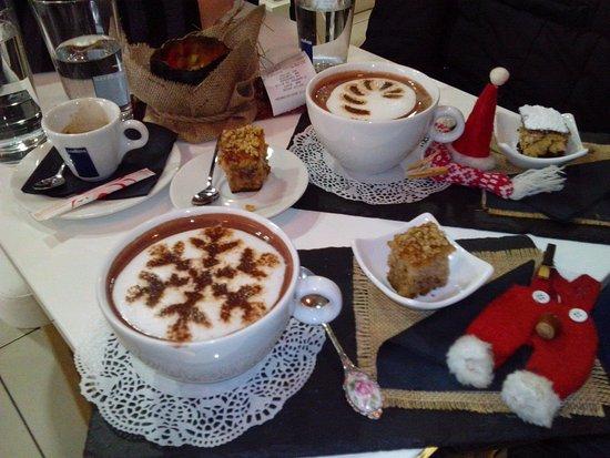 Igoumenitsa, Grecia: Παραγγείλαμε 2 ζεστές σοκολάτες και ένα εσπρεσσάκι και μας τα σέρβιραν με σπιτική καρυδόπιτα.