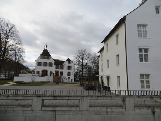Schloss Binningen: The hotel building is on the right of the picture. Straight ahead is Binningen Castle (Schloss)
