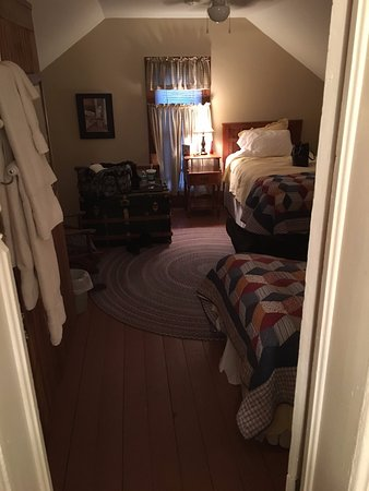 Red Cloud, NE: Cozy Hanover room with 2 single beds