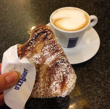 Selargius, Italy: cappuccino e conchiglia con crema