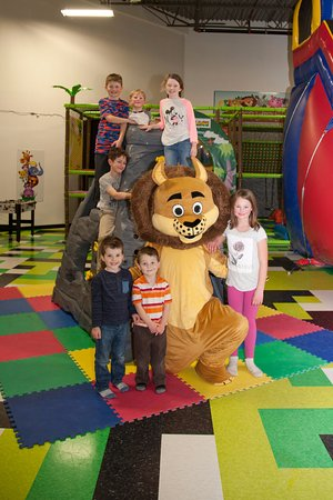 Charlottetown, Canadá: Roary and friends hanging out at the Rock Climbing wall.