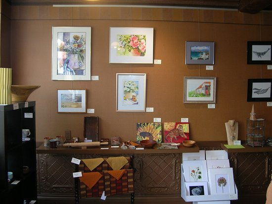 Port Hope, Kanada: assorted artwork, hand woven placemats, wooded bowl, paper nature prints
