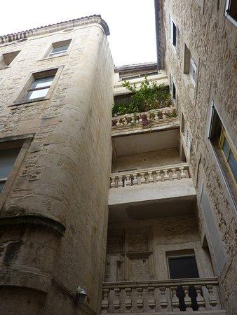 Office de Tourisme et des Congrès de Nîmes : Nîmes: dans une petite rue cachée des passants