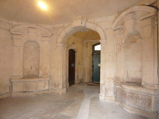 Office de Tourisme et des Congrès de Nîmes : Nîmes: Hall d'un ancien hôtel particulier