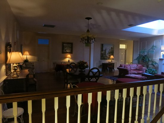 Oak Park Inn: Upper floor lounge for relaxing ...