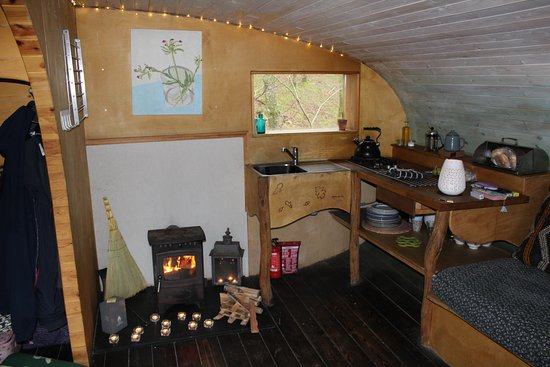 Machynlleth, UK: Kitchenette area and log burner
