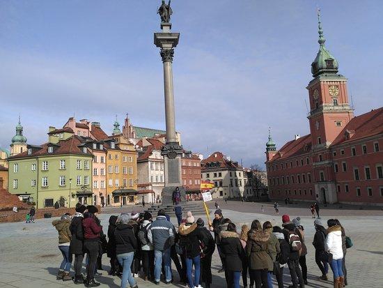 Free Walkative! - Tours Warsaw: Inicio de la ruta en la plaza de Segismundo III con el guía Andrej y el resto de turistas