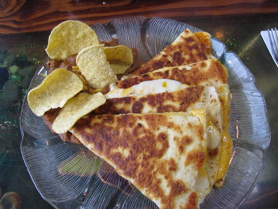 Waldport, OR: The quesadilla with refried beans and the tortilla chips standing in the beans
