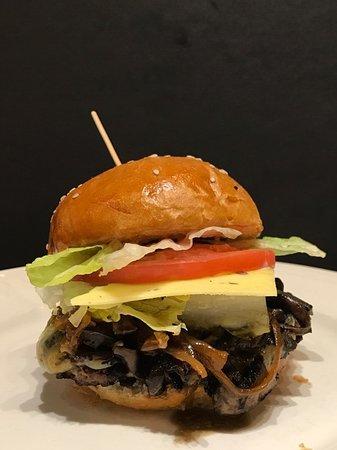 Nelson, كندا: 100 Mile Burger