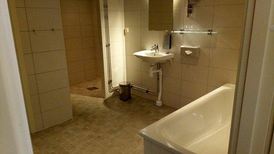 Ibis Styles Stockholm Jarva: Bathroom suite