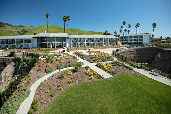 Shore Cliff Hotel: Stroll through our manicured lawns and enjoy the ocean views.