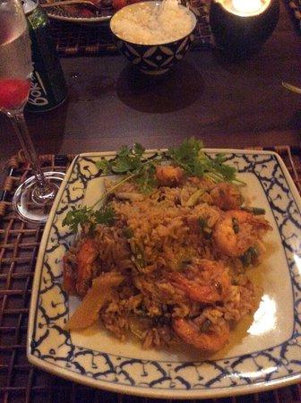 Koh Pee Pee : Delicioso  prato de Camarões  ao molho curry e arroz frito no  cardápio Sawadee