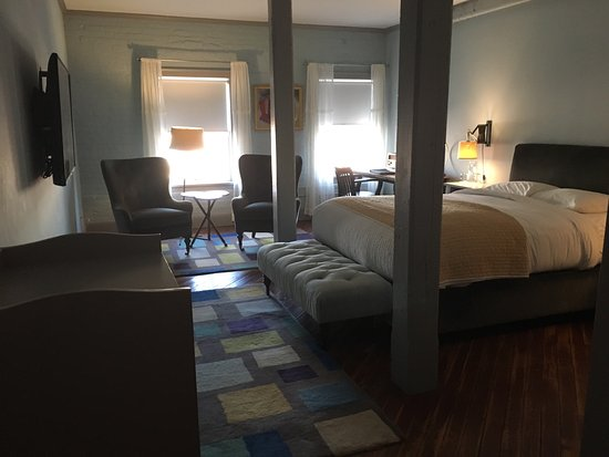 Pittsfield, MA: A lovely and comfortable room with a smart TV and a Bluetooth radio, safe, mini bar and a variet