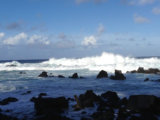 Laupahoehoe, ฮาวาย: Constant waves crashing on the rocks are mesmerizing